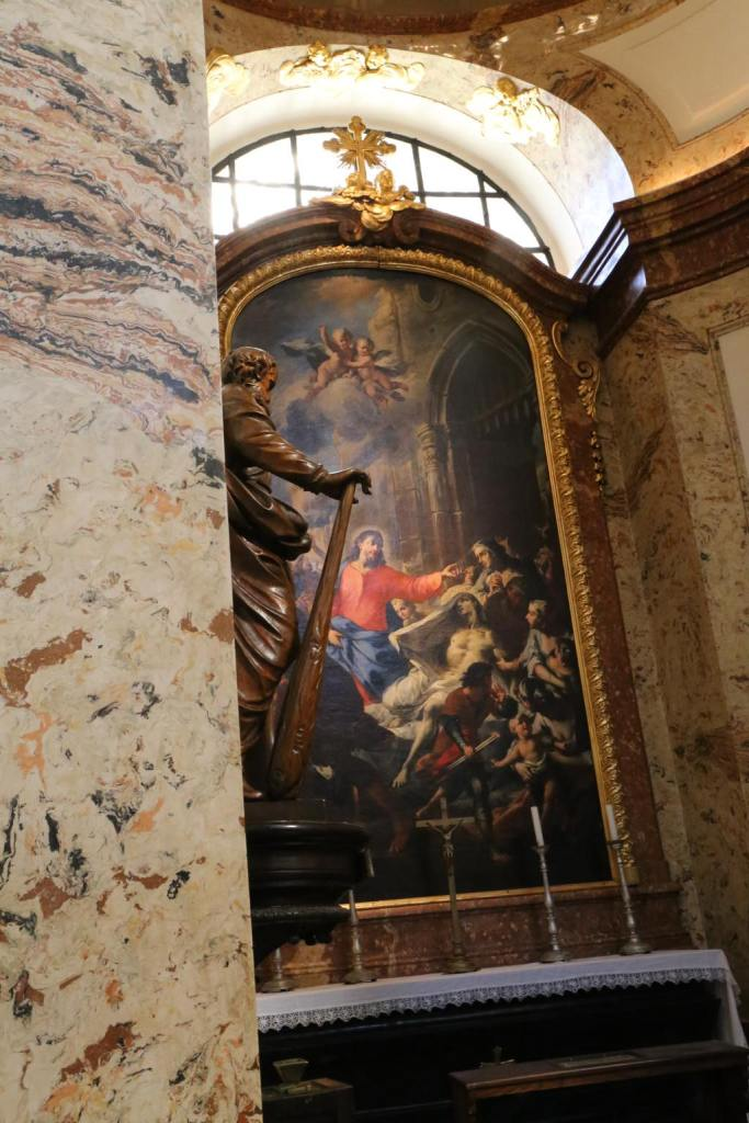 Each of the chapels dotted around the edge of the nave included beautiful paintings in vivid colors
